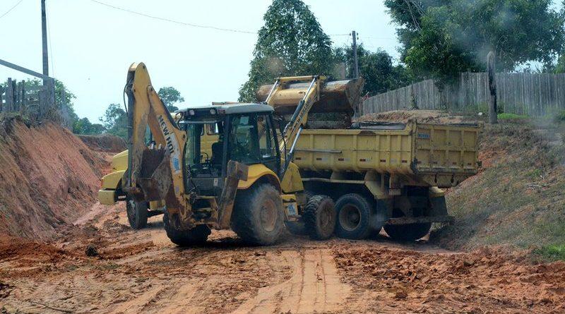 Máquinas da prefeitura de Cruzeiro do Sul são flagradas no Amazonas