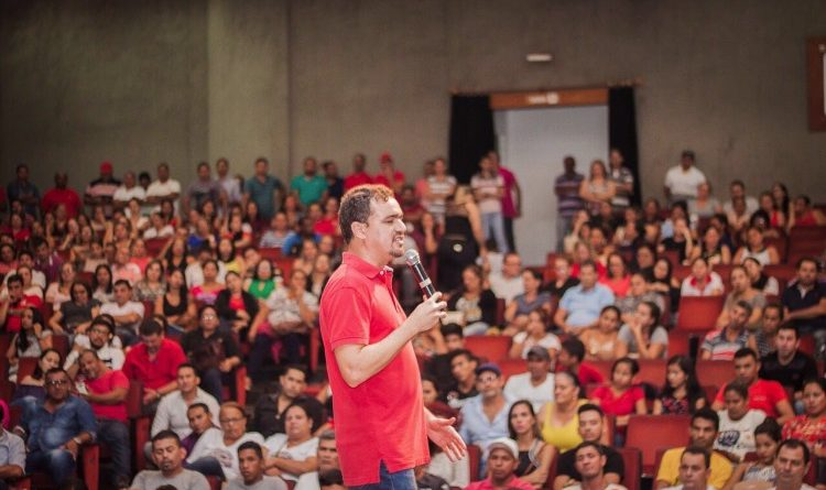 Servidores da Educação lotam Teatrão em apoiam à pré-candidatura de Daniel Zen