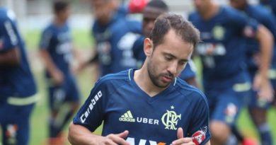 Everton Ribeiro treina como titular, mas tem estreia adiada