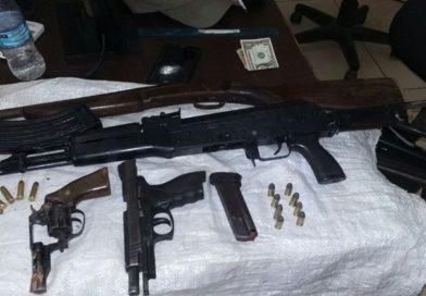 Polícia prende homens com fuzil após perseguição