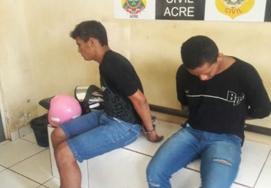 Dupla é presa com simulacro de arma após tentar assaltar