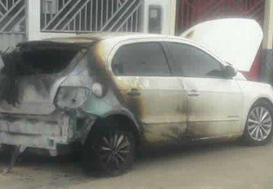 Veículo de policial militar é incendiado na capital