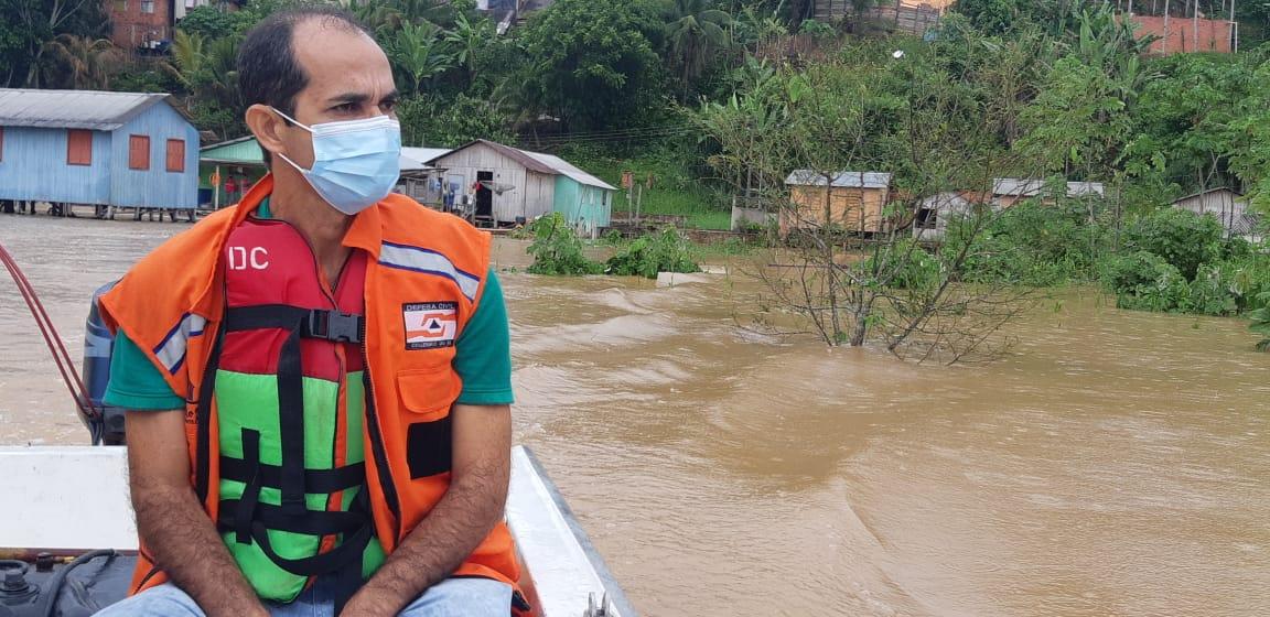 No primeiro dia do ano, Zequinha Lima visita bairros afetados pela enchente do rio Juruá